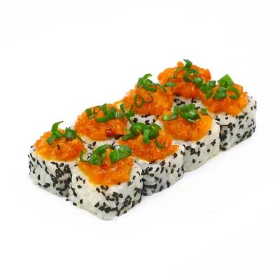 Ролл с копчёным лососем в сладком чили соусе